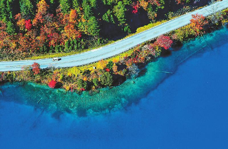 九寨沟推出空中观光体验游 云霄上看红叶海子相映成辉