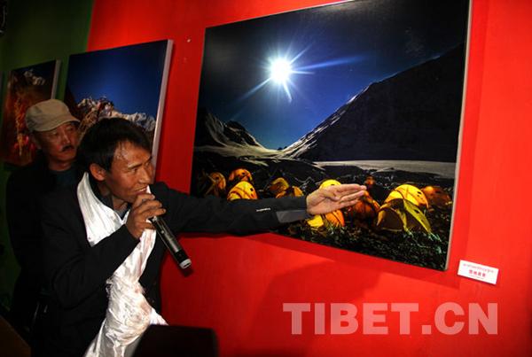 十二次登顶珠峰 他用镜头纪录世界第三极生命的力量