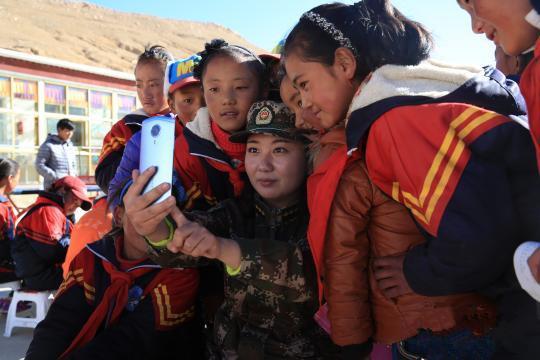 Grundschüler an der tibetischen Grenze lernen das Leben außerhalb der Berge kennen