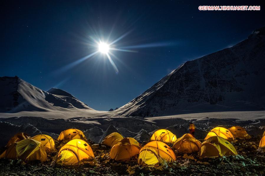 Fotoausstellung über Mount Qomolangma in Tibet abgehalten
