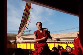 Verteidigungszeremonie tibetisch-buddhistischer Mönche durchgeführt