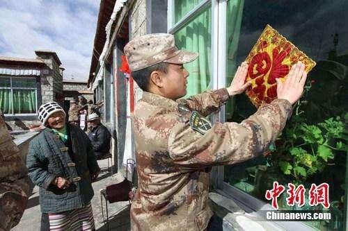 西藏军区某部慰问拉萨、日喀则贫困户