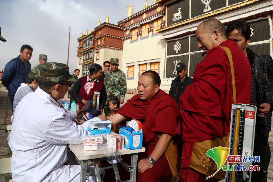 Medizinergruppe der bewaffneten Polizei Yunnans kommt zum Songtsenling-Kloster