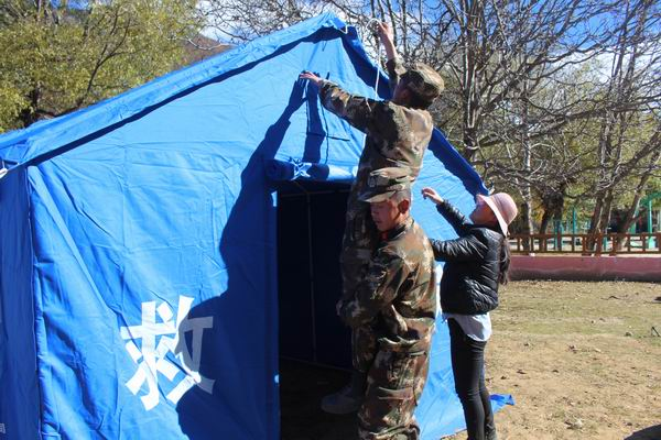 武警西藏林芝米林县森林中队抵达震区为群众搭建帐篷