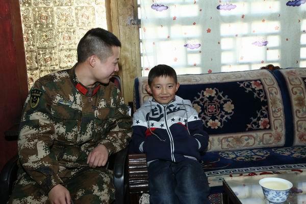 森林官兵陪伴西藏林芝群众震后过工布新年