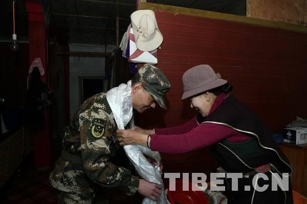 为爱守护 森林官兵陪伴西藏林芝群众震后过工布新年