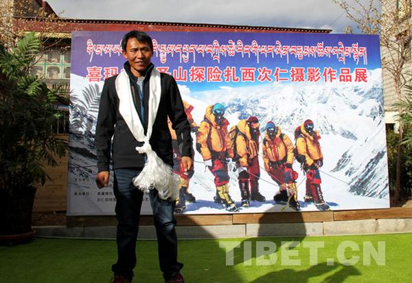 Tibetischer Bergsteiger dokumentiert Bergsteigen Aufstiege auf Mt. Qomolangma