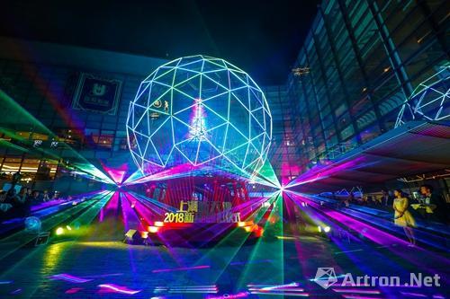 """Shanghai: Riesige interaktive """"Kristallkugel"""" mit Weihnachtsbaum erleuchtet"""