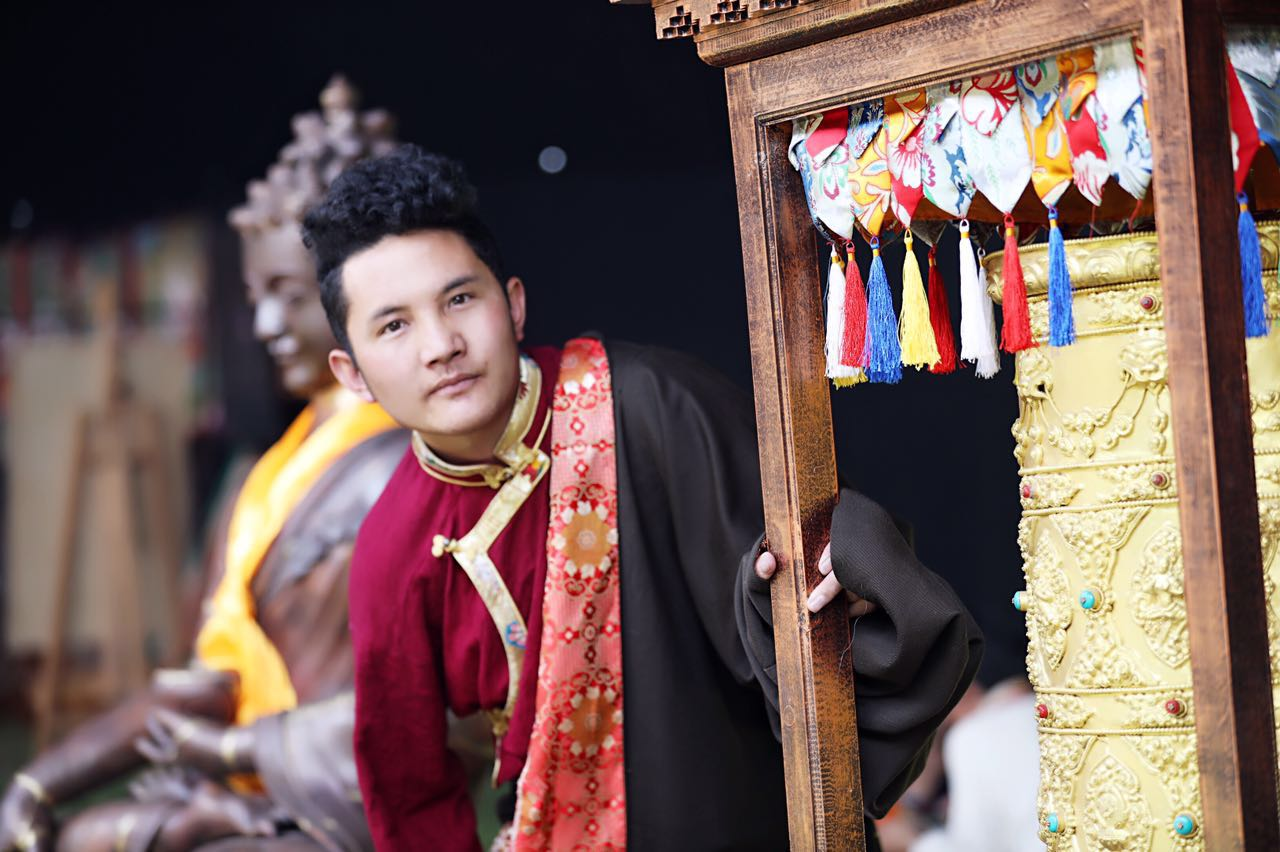 """大学生传承人:藏文""""噶举噶萨""""字体传承人久·土丁桑保"""