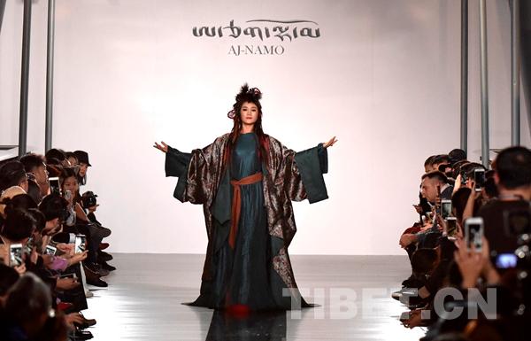 """阿佳娜姆""""藏风秀""""惊艳中国国际时装周"""