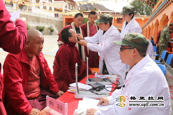 Medizinergruppe behandelt Mönche in Shangri-La kostenlos