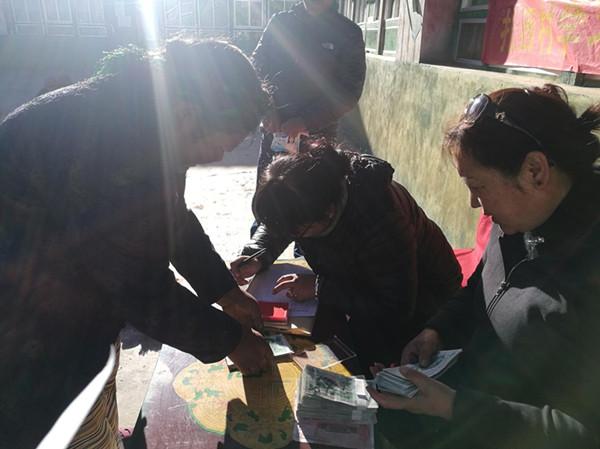 【学思践悟·十九大】西藏山南驻扎西村强基惠民工作队为大学新生发放助学金
