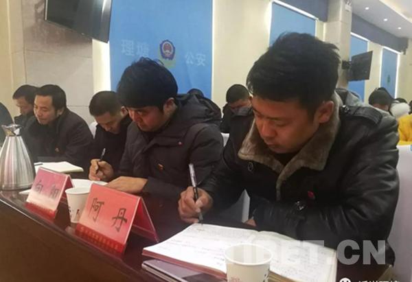 四川甘孜州理塘县400余名党员干部集中学习党的十九大精神