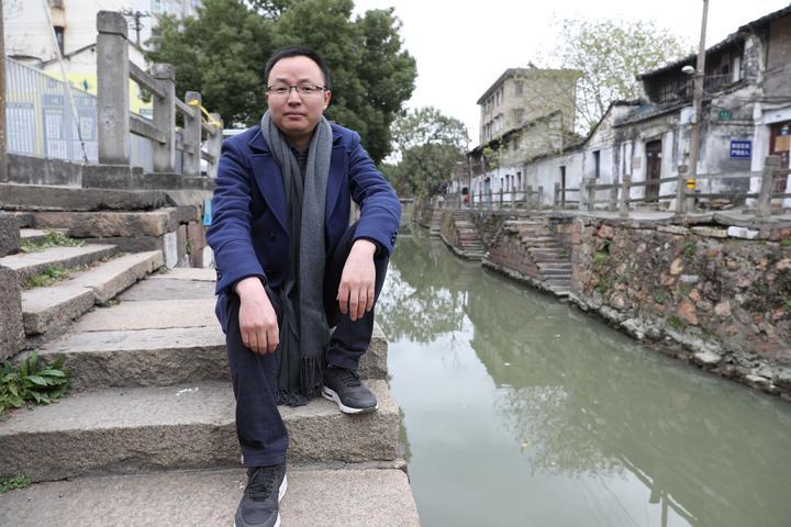 浙江海宁首位援藏医生归来 用4个手机照亮完成高原手术