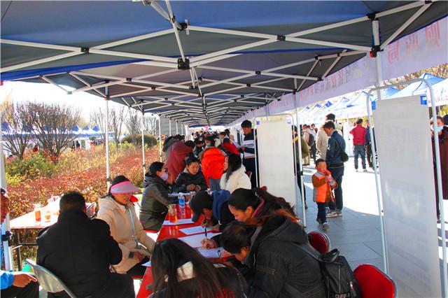 拉萨市举行2017年冬季大学生就业暨精准脱贫专场招聘会