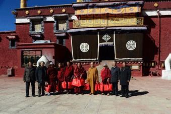 Tibetische Mönche und Nonnen bekommen Daunenjacken geschenkt