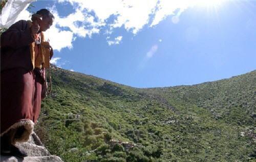 Tibetische Höhlen: Orte der buddhistischen Praxis herausragender Mönche
