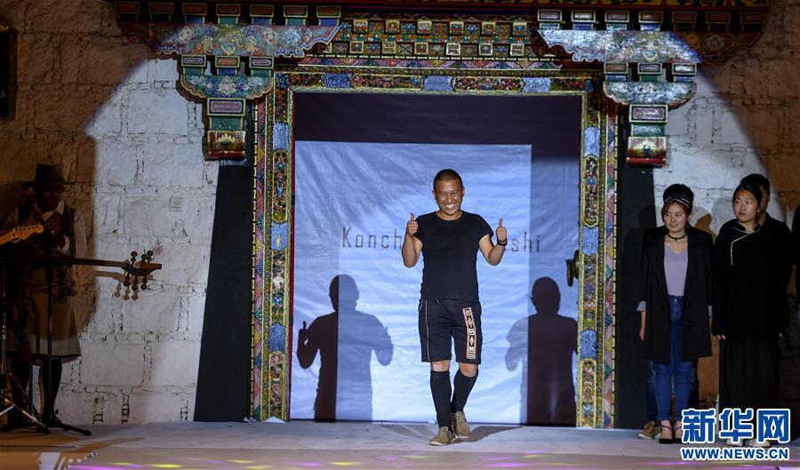 Lhasa: Modeweg der traditionellen Tracht