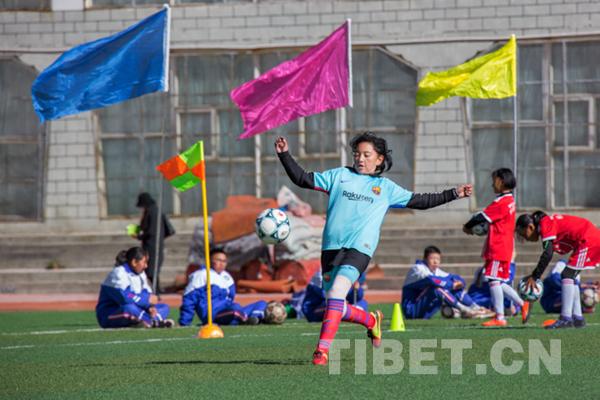 你见过在海拔3652米的拉萨踢足球的女孩吗?