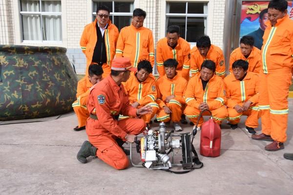 藏东绿色卫士向驻地护林员传授真功夫