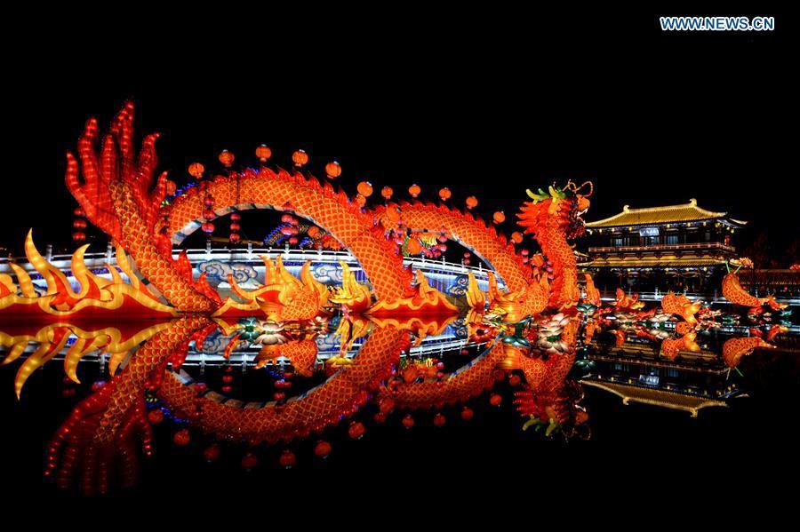 Tourists visit lantern fair in NW China