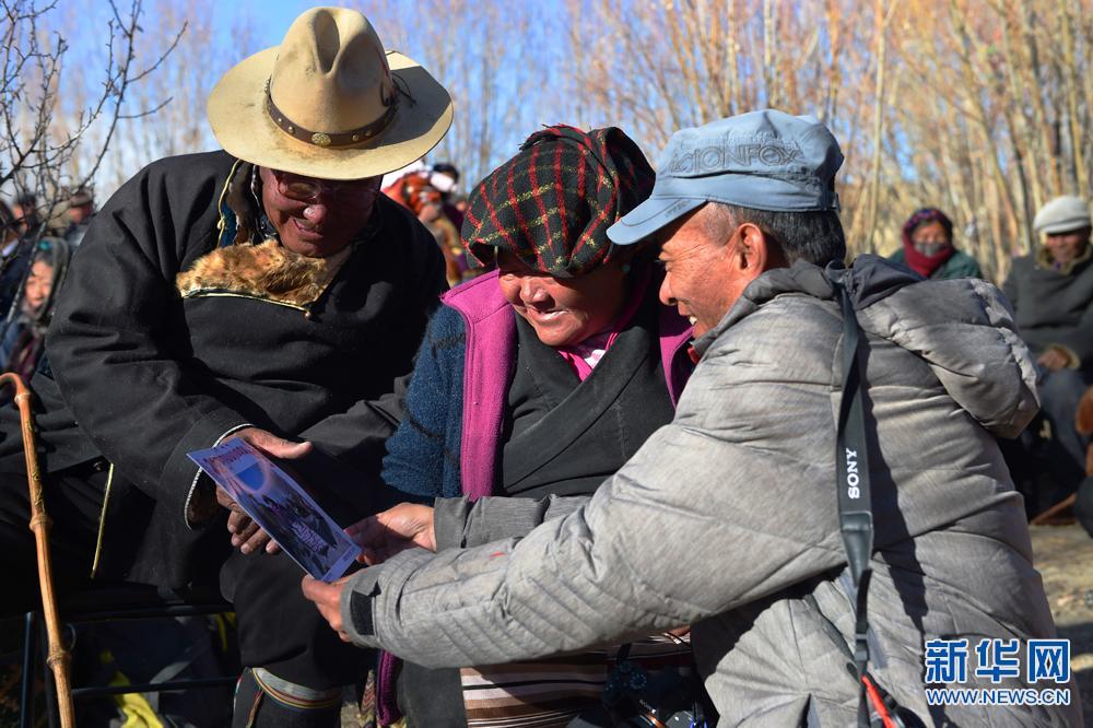 Tibetische Fotografen dienen Einwohnern