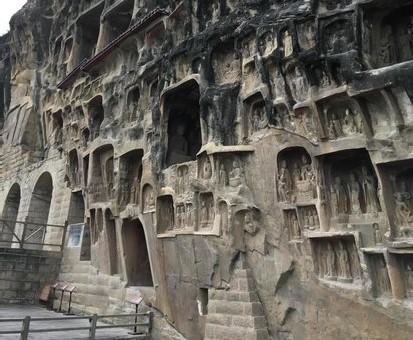 """Die """"Felswand der 1000 Buddhas"""" in Guangyuan"""