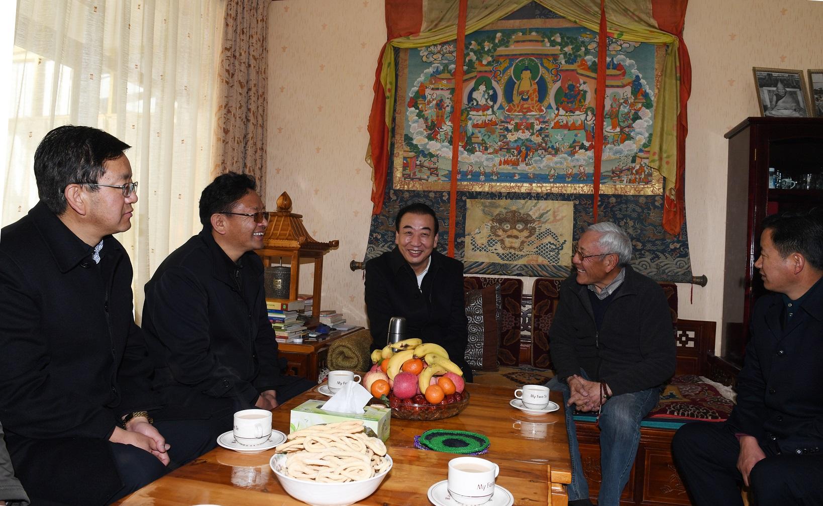 自治区领导看望慰问归国定居藏胞