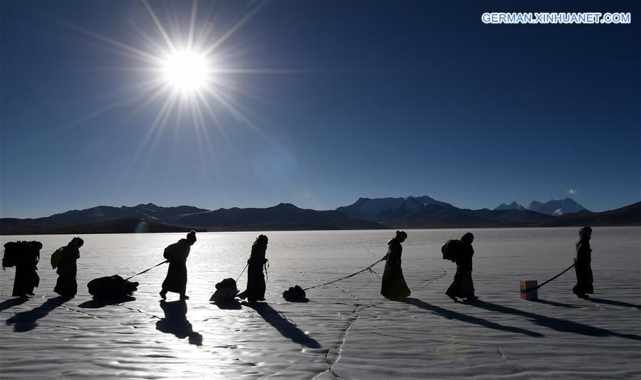 Wintermigration der Schafherde auf dem gefrorenen See in Tibet