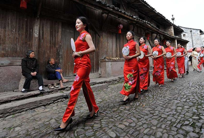 Damen präsentieren Qipao in Zhejiang