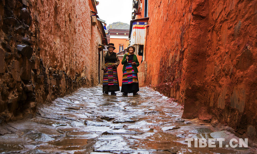 Wandering residents  on Lhasa streets