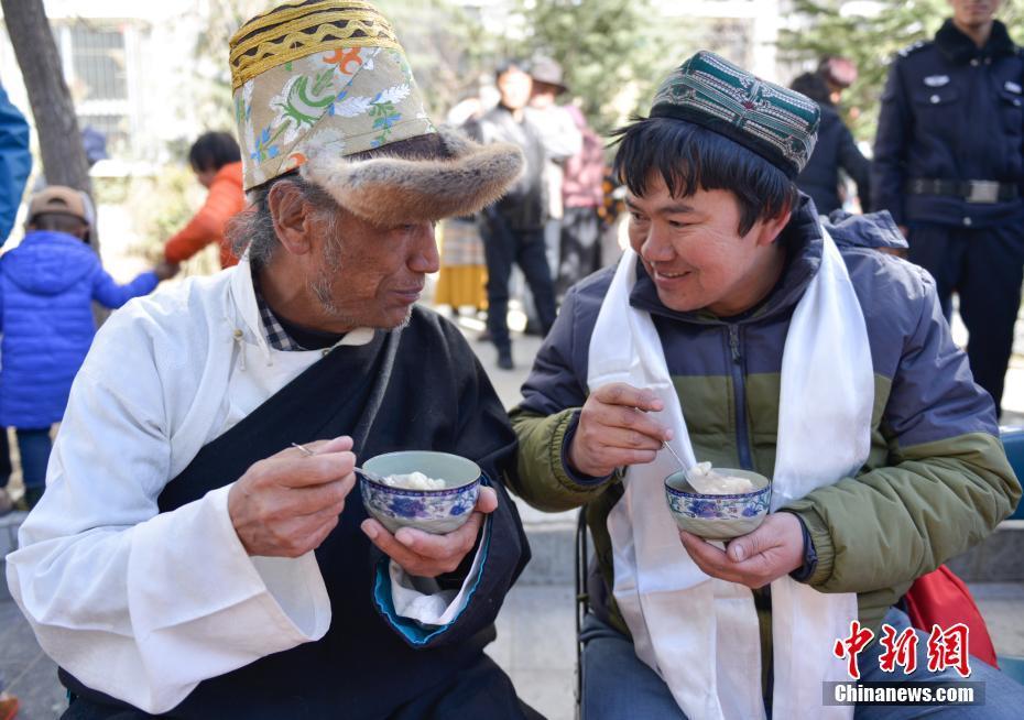 Tibetische Einwohner feiern gemeinsam Neujahr