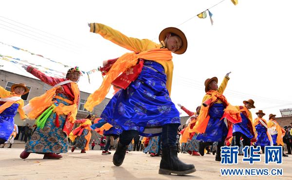 Qinghai: Tibetischer Tanz läutet den Frühling ein