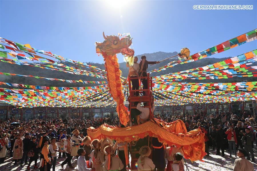 """Tibetische Menschen feiern """"Shangjiu-Festival"""""""