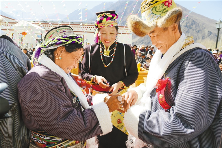 Collective wedding held for ten Tibetan elderly couples