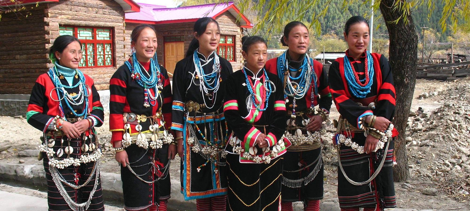 Lhoba-Kleidung aus Tibet bringt Wohlstand