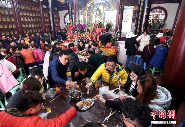 Vegetarisches Bankett im Fuzhouer Guanyin-Tempel zieht fast 2.000 Besucher an
