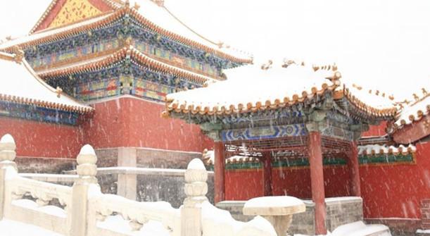 Verbotene Stadt: Weißer Schnee vor einer roten Mauer im Hintergrund