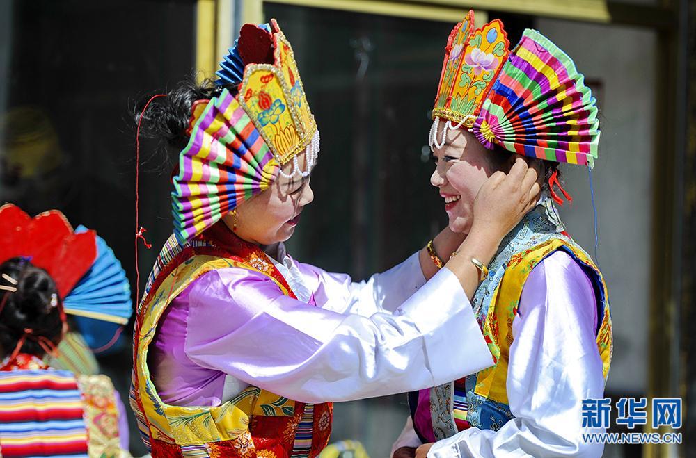 Dynamisches Ensemble tibetischer Oper des Dorfes
