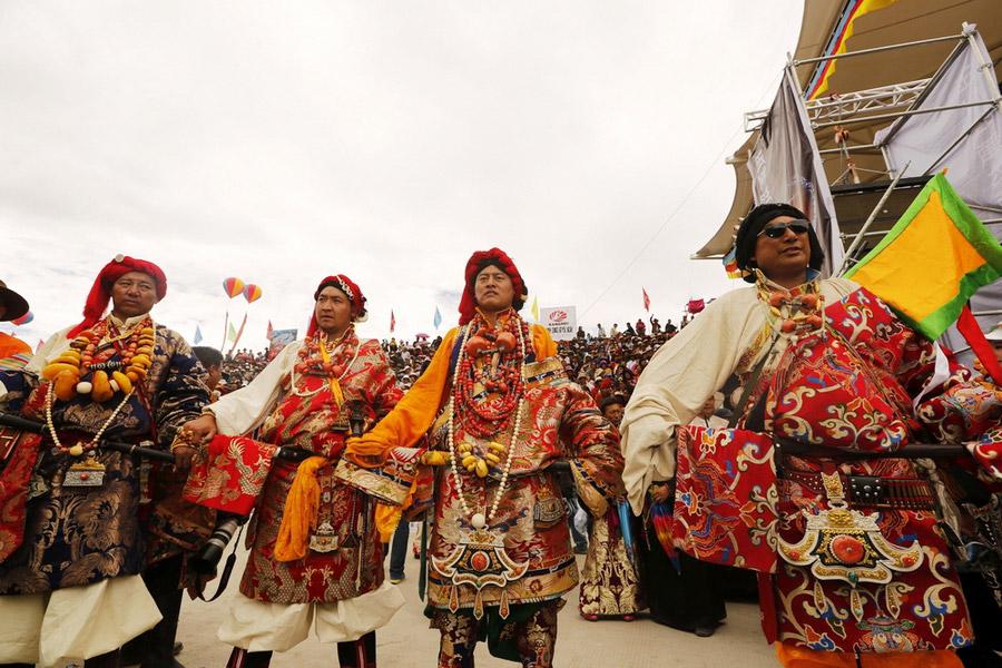 Tibetische Trachten auf dem Hochplateau