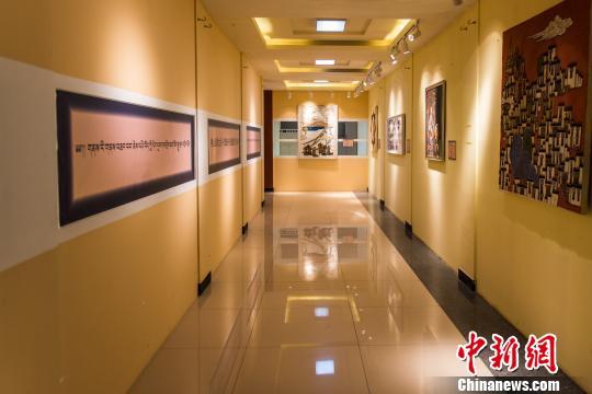 西藏举办《神山圣湖之间》当代布面重彩艺术展