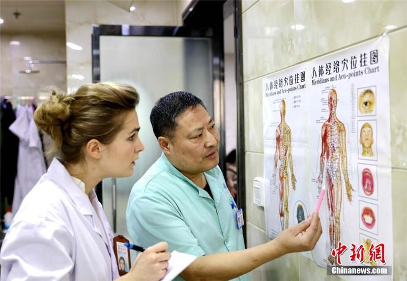 Junge Französin studiert TCM in China