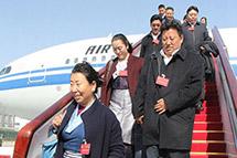 出席十二届全国人大五次会议的西藏代表抵京