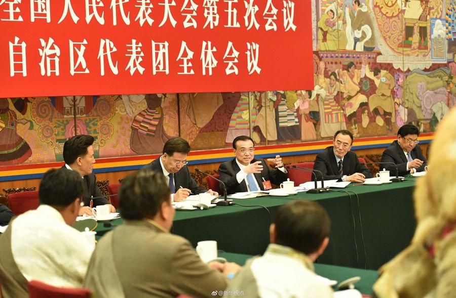 Li Keqiang bei der Diskussion der Tibeter-Delegation