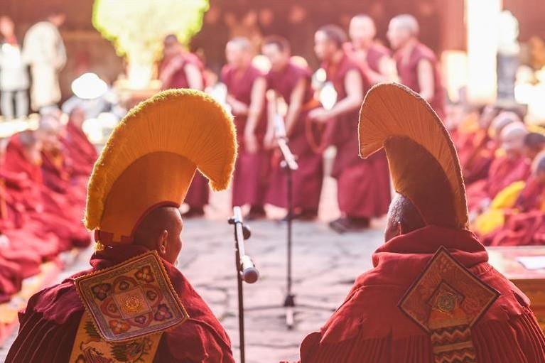 10 Mönche erhalten höchsten akademischen Titel im tibetischen Buddhismus