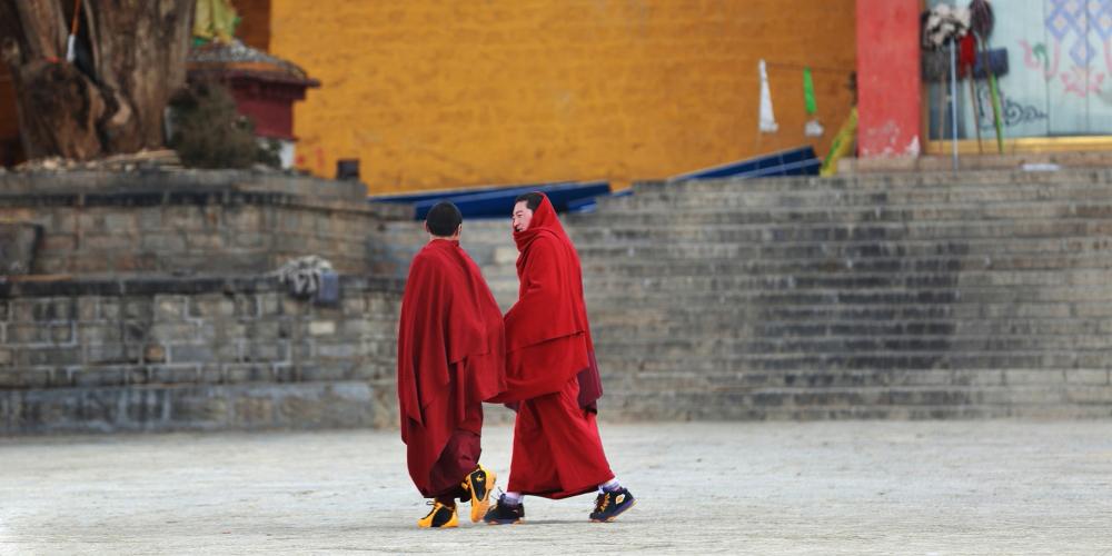 """[重走318]走进世界最高城 三世达赖在此创建""""康南圣地"""""""