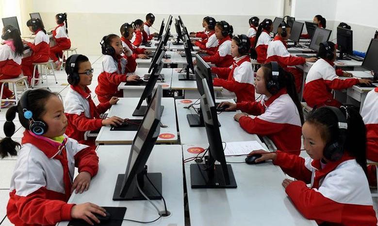 Die bunten Schulgelände tibetischer ländlicher Schüler