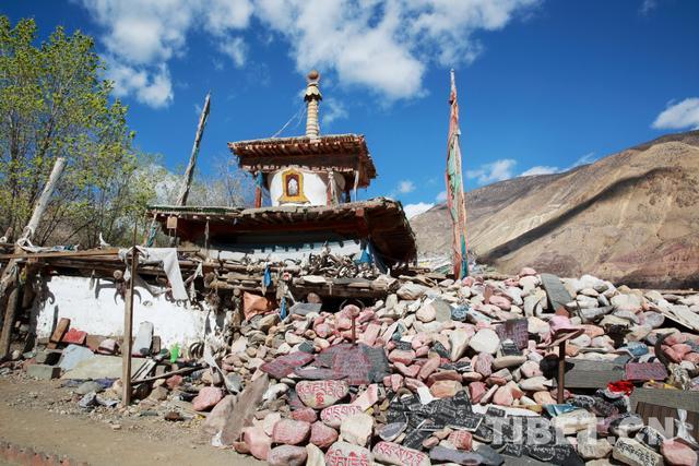 「重走318公路」西藏昌都多拉神山上的石刻艺术