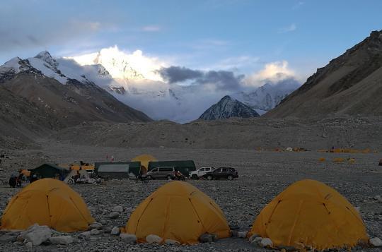 Basislager am Nordhang des Mt Qomolangma hat Strom