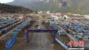"""西藏日喀则地震灾后重建加速 """"吉隆特色小镇""""建设完成近半"""